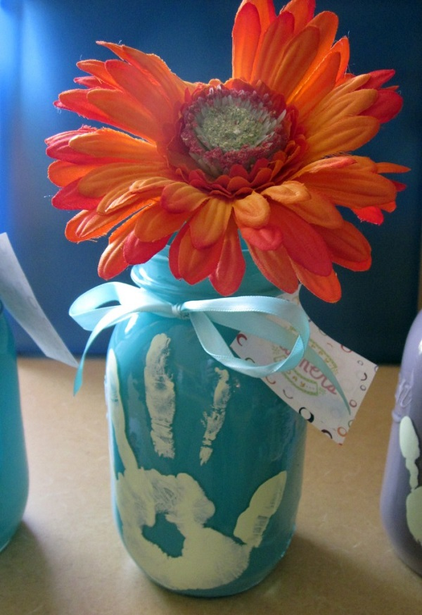 Mason Jar Mother's Day Craft with Handprint. Great craft for preschoolers to make for their mom! #mothersday #crafts