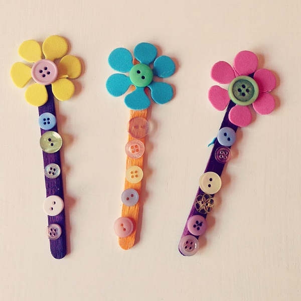 Mother's Day Crafts for Preschoolers - Flower Button Bookmarks #mothersday #crafts