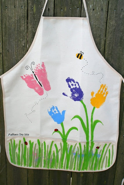 Mother's Day Apron Craft made with hand-and footprints - Fun and Easy craft for Mother's Day that kids can make #mothersday #craftsforkids